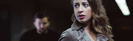 Panorama de la belle jeune femme peur et harceleur dangereuse Banque d'images - 47343897