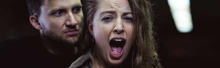 Panorama de gritos víctima femenina y masculina penal Foto de archivo - 47343941
