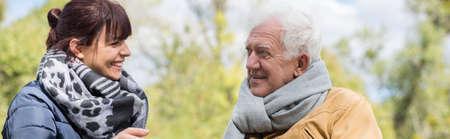 gente feliz: Viejo hombre feliz y su tiempo el gasto hija juntos