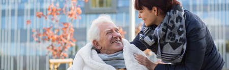 silla de ruedas: Estrecha relación entre abuelo en silla de ruedas y nieta