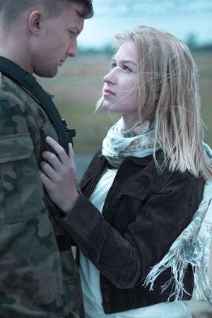 wojenne: Żołnierz opuszcza swoją dziewczynę i chodzić do armii