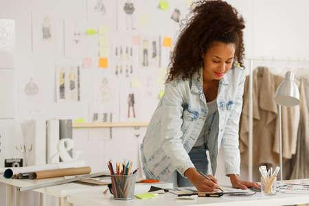 mode: Afro-Amerikaanse mode-ontwerper werken in het atelier