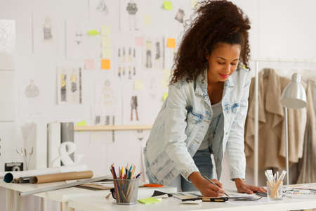 moda: África diseñador de moda estadounidense que trabaja en el taller Foto de archivo