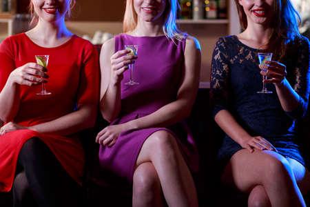 tomando alcohol: Mujer de la belleza disparos bebiendo en la barra de