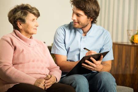 enfermeras: Doctor de sexo masculino joven que trabaja en el hogar de ancianos