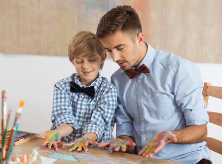 manos sucias: Pap� e hijo con pajaritas y las manos sucias
