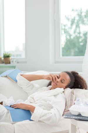 mujeres negras: Estudiante cansado para conciliar el sue�o en casa mientras que el aprendizaje