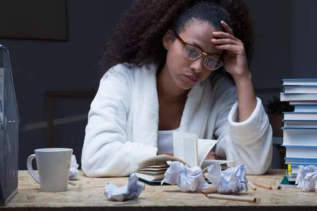 시험을 위해 좌절하고 지친 여성 학생 학습 스톡 콘텐츠
