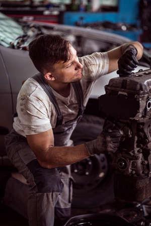 Bild Zeigt Mechaniker Hängen Auto Motor Prüfung Lizenzfreie Fotos ...