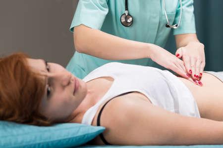 dolor de estomago: Imagen de paciente con dolor de estómago y médico Foto de archivo
