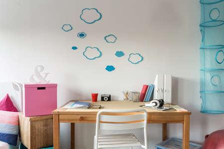material escolar: Primer plano de acogedor espacio de trabajo en la habitación de estudiante