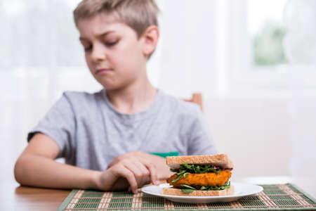 comer sano: Kid no quiere comer s�ndwich saludable
