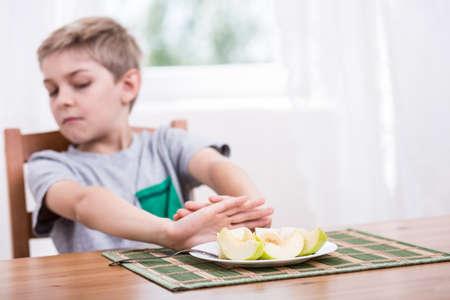 comer sano: El ni�o se niega a comer alimentos saludables Foto de archivo
