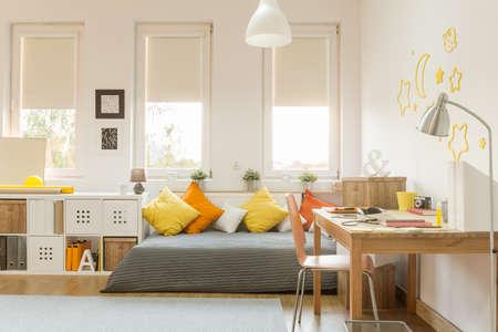 chambre à coucher: Lumière chambre ado confortable avec des décorations de couleur