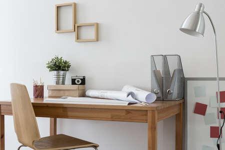 muebles de madera: oficina en casa minimalista con muebles de madera modernos