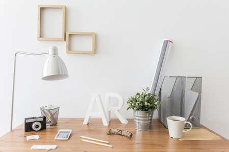 escritorio de madera en el estudio de diseño moderno y creativo