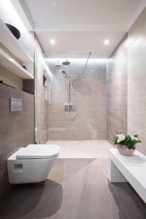 tasteful: Modern and tasteful bathroom in the house