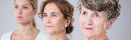 mujeres juntas: Tres mujeres hermosas de la familia y el paso del tiempo