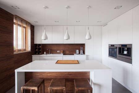 현대 나무 부엌에서 흰색 부엌 섬