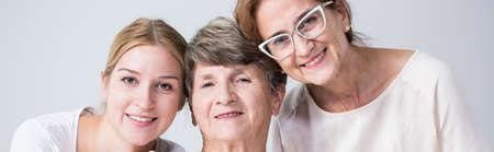 mujeres felices: Retrato de familia feliz de tres mujeres