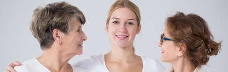 mujeres felices: Tres niñas felices de distintas generaciones