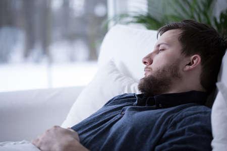 cansancio: Hombre que tiene una siesta durante el d�a, horizontal