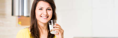 vaso de agua: Mujer bonita joven feliz beber agua fresca