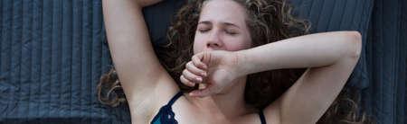 dia y noche: Mujer que despierta despu�s de dormir bien por la noche