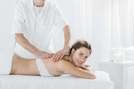 fisioterapia: Mujer de la belleza de relax en el centro de bienestar