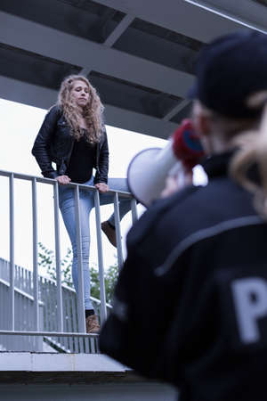 femme policier: Woman jumping of the bridge and policewoman Banque d'images