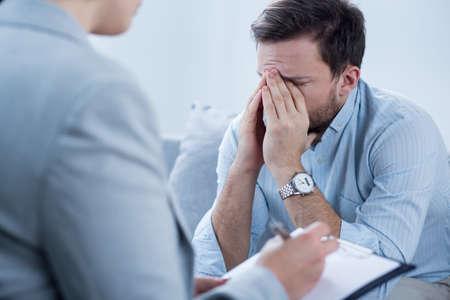 deprese: Muž s depresí pláče při psychoterapii zasedání