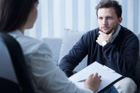 psicologia: Hombre joven durante el tratamiento en el consultorio del psicólogo Foto de archivo