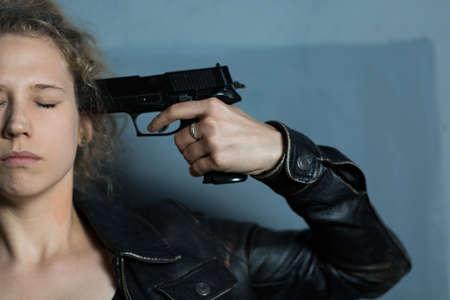 mujer con pistola: Mujer desesperación miedo con el arma de suicidarse