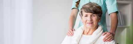 enfermeria: Mujer mayor en el hogar de ancianos y la enfermera Foto de archivo