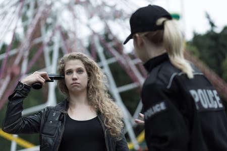 femme policier: La police et la femme avec arme va se suicider Banque d'images