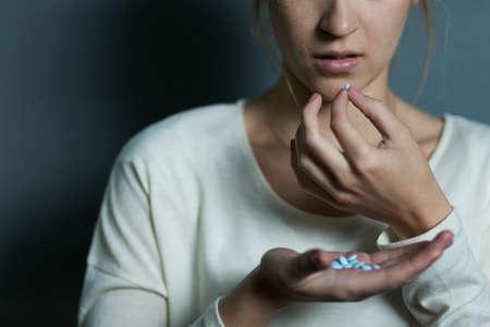 drogadiccion: Deprimido niña de tomar una gran cantidad de drogas
