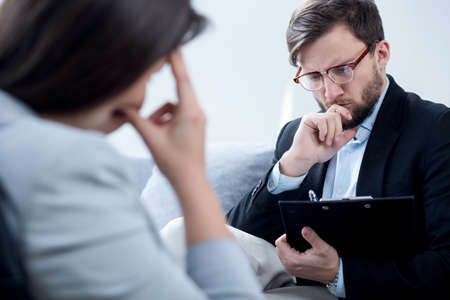 psicologia: Psiquiatra hablando con la empresaria desesperación en su oficina
