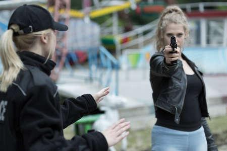 La policía y mujer que va a matar a alguien Foto de archivo - 47867456