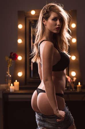 mujeres desnudas: Foto vertical de una joven mujer desnuda rebosante de sexo