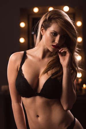 modelo desnuda: Foto vertical de la mujer rubia atractiva que desgasta la ropa interior de encaje