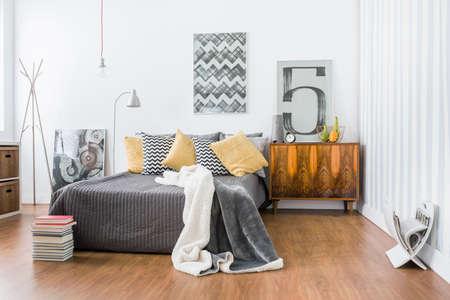 広々 とした部屋にダブルベッド、床パネルの写真 写真素材