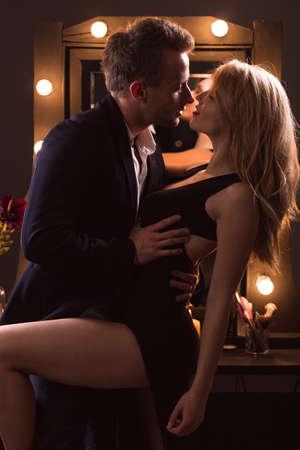 sexo pareja joven: Imagen vertical de elegante pareja de tener un rapidito Foto de archivo