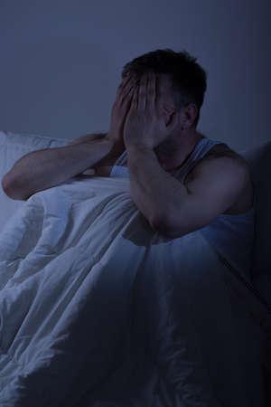 desesperado: hombre frustrado desesperada cansado con problemas de sueño Foto de archivo