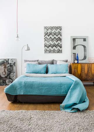 Afbeelding van de hedendaagse stijlvolle interieur met comfortabele bed