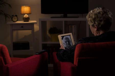 muerte: viuda anciana pensando en su marido muerto Foto de archivo