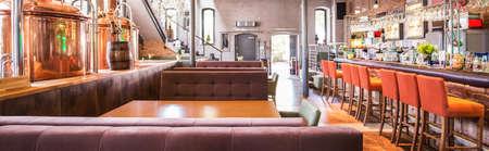 Hervidores Brew en amplio loft de diseño del restaurante Foto de archivo - 48080962