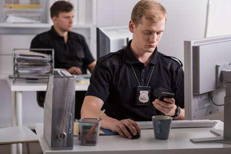 policier: Jeune policier fait un appel téléphonique