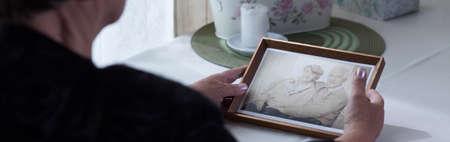 luto: Cuadro de la viuda anciana y su difunto esposo