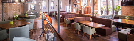 仏の彫像の装飾とモダンなロフト レストラン