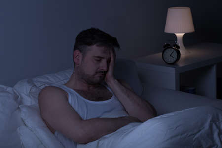 Vermoeide man met slapeloosheid heeft wat slaap